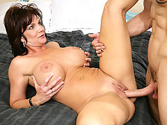 nice cleavage, Deauxma & Chris Strokes in Fucking Hot Moms